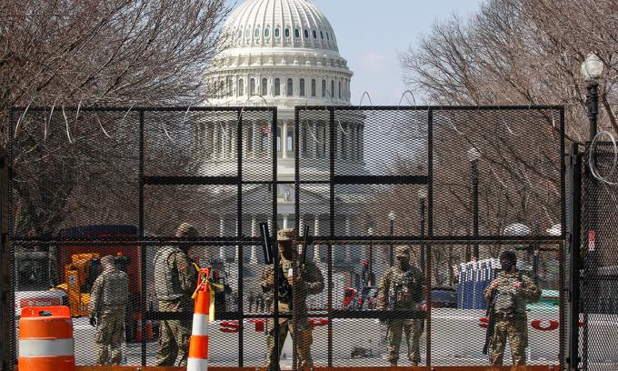 Lực lượng Vệ binh Quốc gia đứng gác sau hàng rào an ninh gần Đồi Capitol ở Washington, Mỹ, hôm 4/3. Ảnh: Reuters.