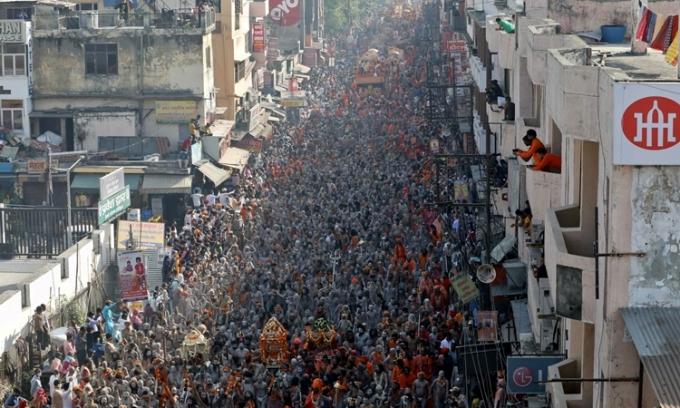 Dòng người đổ về dự lễ hội tôn giáo Kumbh Mela ở Haridwar, Ấn Độ, hôm 14/4. Ảnh: Reuters.