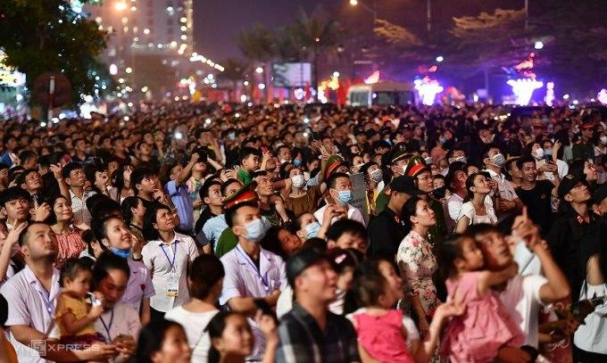 Ảnh hàng vạn người dự lễ khai trương du lịch Sầm Sơn đêm 25/4. Ảnh: Lê Hoàng