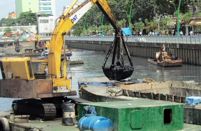 Nạo vét kênh Nhiêu Lộc - Thị Nghè, tháng 9/2011. Ảnh: Hữu Công.