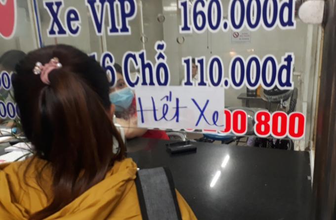 Một nhà xe bán vé ở bến xe Miền Tây về Cà Mau thông báo hết vé, chiều tối 29/4. Ảnh: Hà An.