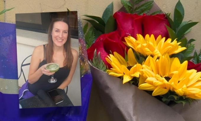 Người dân đặt hoa tưởng niệm Taylor Kahle ở nơi cô thiệt mạng tại San Diego, bang California, Mỹ. Ảnh: CBS.