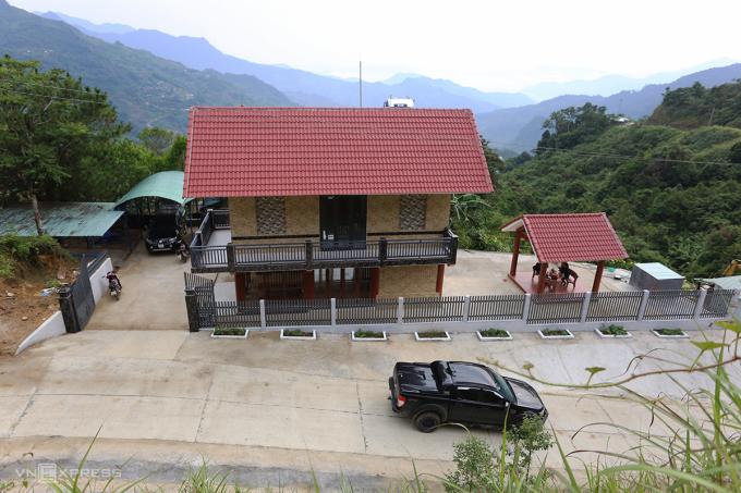 Ngôi nhà hai tầng của ông Hồ Văn Du được xây dựng 3 tỷ đồng từ tiền bán sâm Ngọc Linh. Ảnh: Đắc Thành.