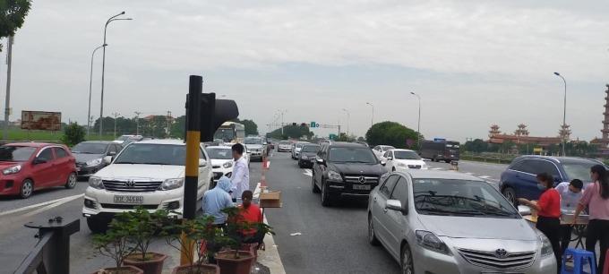 Ùn tắc tại đầu ra trạm thu phí Cao Bồ (Ninh Bình) trên đường nối với quốc lộ 1, ngày 30/4. Ảnh: Anh Duy.