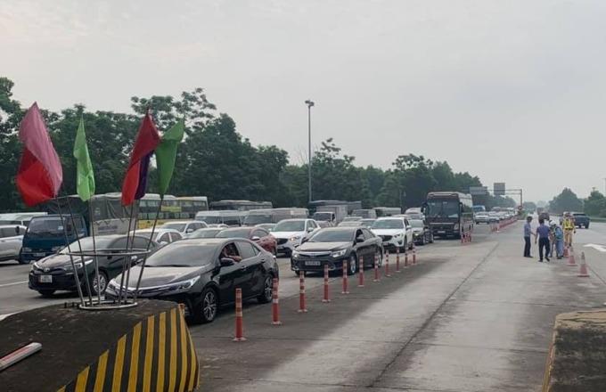 Xe ùn ứ trên cao tốc Nội Bài - Lào Cai, ngày 30/4. Ảnh: Anh Duy