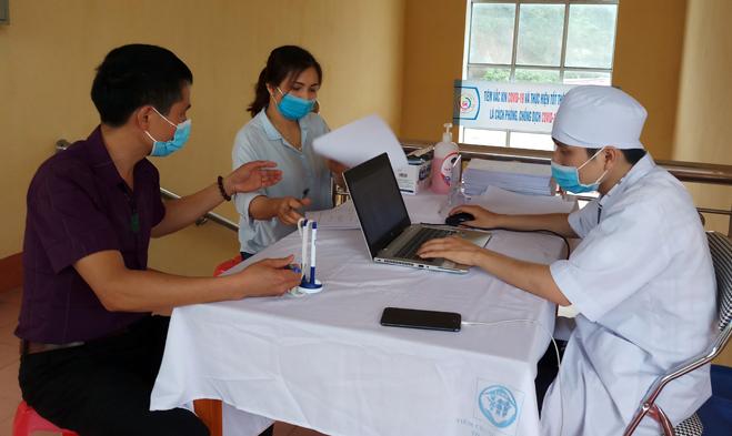 Người dân khai báo y tế tại huyện Nguyên Bình, Yên Bái. Ảnh: Báo Yên Bái