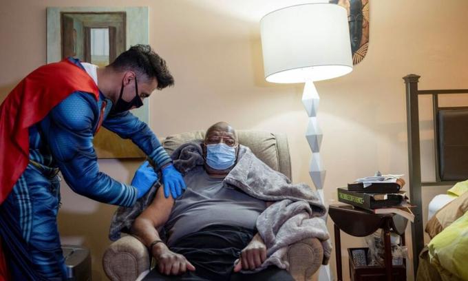 Bác sĩ mặc áo siêu nhân tiêm vaccine cho cụ ông 101 tuổi ở Collegeville thuộc bang Pennsylvania, Mỹ, ngày 30/4. Ảnh: Reuters.