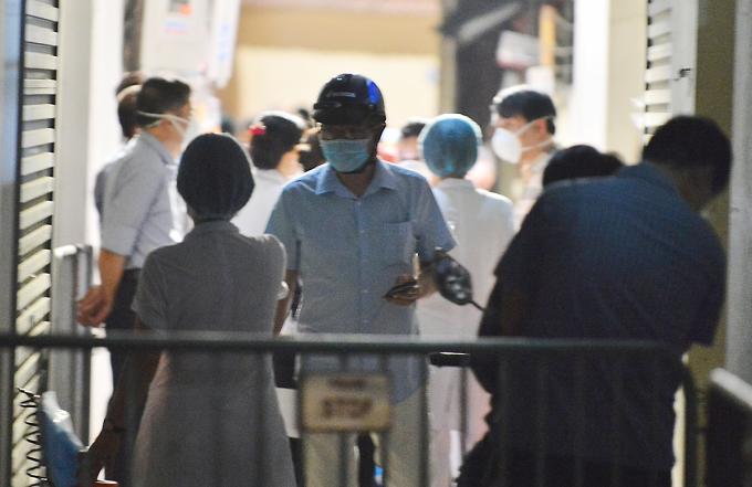 Nhà chức trách phong tỏa ngõ 86 đường Phú Kiều, phường Phúc Diễn, quận Bắc Từ Liêm tối 3/5. Ảnh: Đinh Huy.