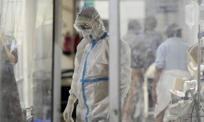 Nhân viên y tế tại Allahabad, Ấn Độ, hôm 3/5. Ảnh: AFP.