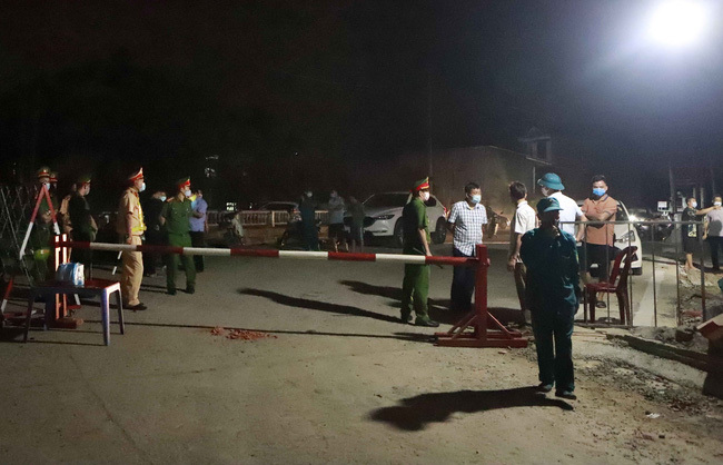 Lực lượng chức năng lập chốt kiểm soát phong tỏa thôn Báo Văn 1. Ảnh: TTX