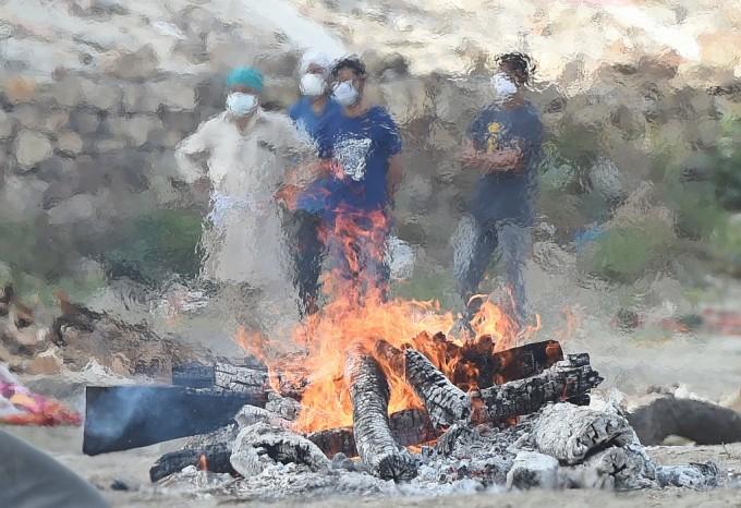 Người thân tập trung tại giàn hỏa thiêu bệnh nhân Covid-19 tại khu hỏa táng ở thành phố Allahabad , bang Uttar Pradesh, hôm 4/5. Ảnh: AFP