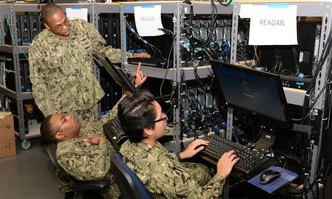 Chuyên viên kỹ thuật xử lý hệ thống hơn 1.500 máy tính của tàu sân bay USS Ronald Reagan tại Bộ Chỉ huy Hệ thống Tác chiến Thông tin Hải quân Mỹ ở San Diego tháng 9/2019. Ảnh: US Navy.