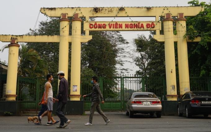 Người dân đi bộ ở công viên Nghĩa Đô, quận Cầu Giấy. Ảnh: Gia Chính.