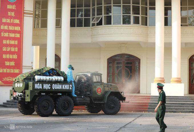 Quân đội phun khử trùng tại Vĩnh Phúc, chiều 4/5. Ảnh: Ngọc Thành