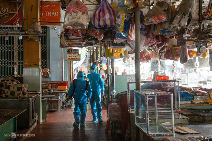 Nhân viên y tế phun khử khuẩn toàn bộ chợ Phước Mỹ. Ảnh: Đông Quang.