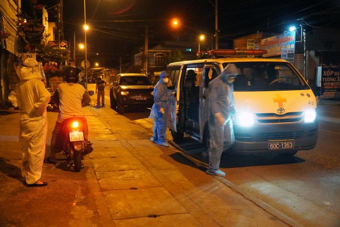 Nhân viên y tế đưa những người thuộc diện F1 đi cách ly ngay trong đêm. Ảnh: Phước Tuấn