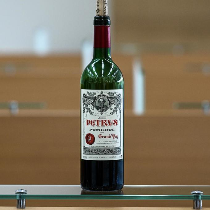 Chai Petrus 2000 đang được bán đấu giá bởi nhà Christies. Ảnh: AFP.