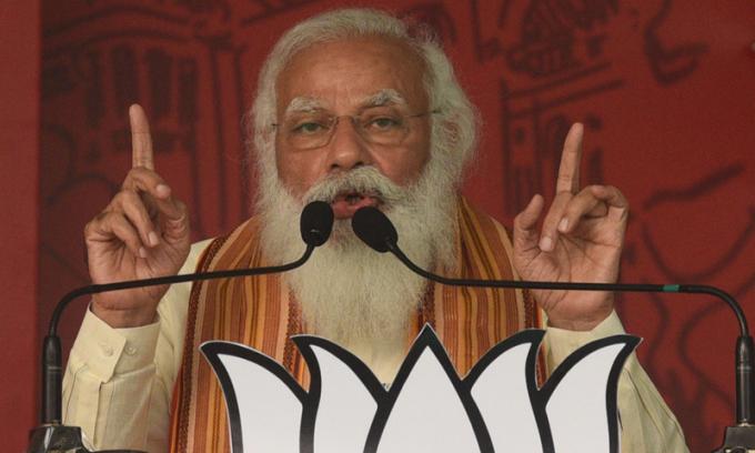 Thủ tướng Ấn Độ Narendra Modi phát biểu tại cuộc vận động ở Barasat, bang Tây Bengal, hôm 12/4. Ảnh: Reuters.