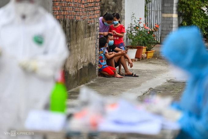 Người dân Lỗ Giao (Hà Nội) trong vòng phong tỏa, tháng 5/2021. Ảnh: Giang Huy