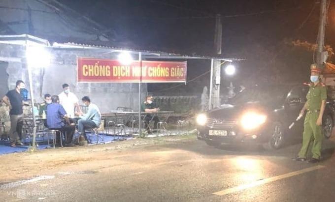 Chốt kiểm soát dịch Covid-19 tại cầu sông Hóa hoạt động từ 19h tối 6/5. Ảnh: Giang Chinh