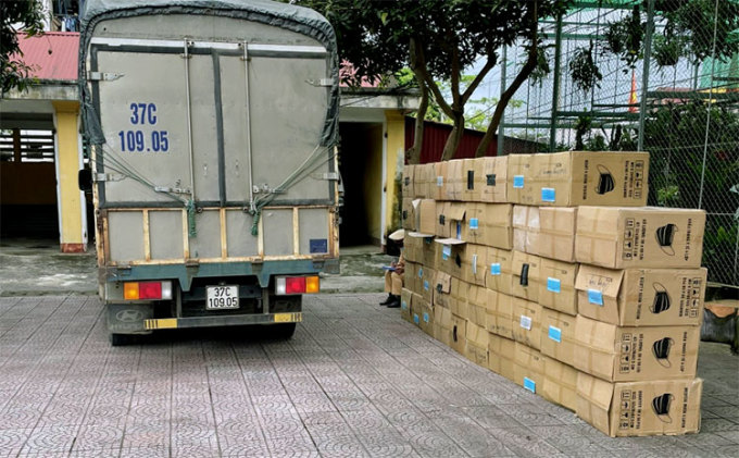 Xe tải và 49 hộp carton đựng khẩu trang đang bị tạm giữ tại Công an huyện Hương Sơn. Ảnh: T. Ngà