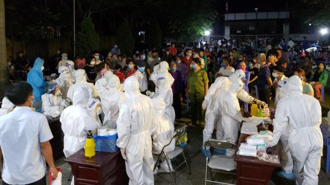 Hàng chục nhân viên y tế về xã Mão Điền để lấy mẫu cho người dân trong đêm. Ảnh: CTV