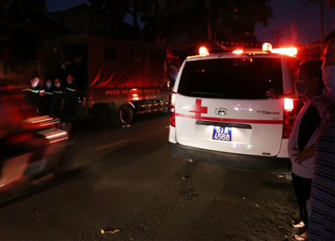 Xe cứu thương được huy động đến hiện trường. Ảnh: Đình Văn
