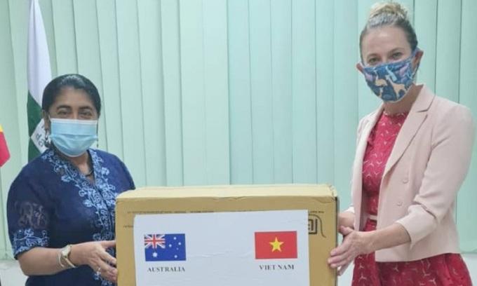 Bộ trưởng Y tế Đông Timor Odete Belo tiếp nhận lô khẩu trang tại Dili hôm 6/5. Ảnh: Đại sứ quán Australia.