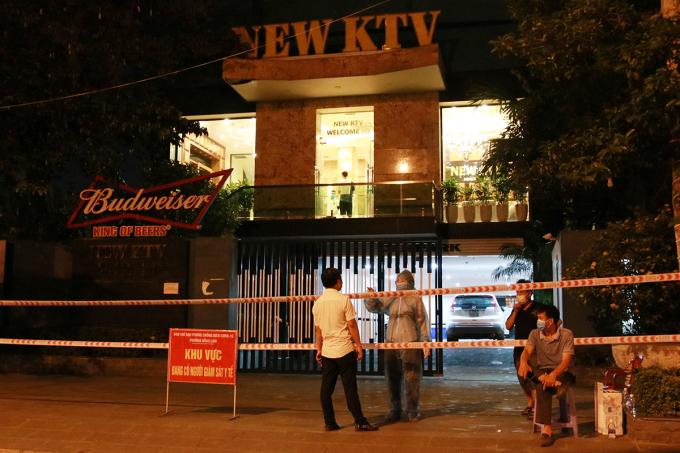 Quán karaoke New KTV ở quận Hải An đã bị nhà chức trách Hải Phòng phong tỏa, điều tra truy vết các trường hợp F1, F2 tiếp xúc với nữ tiếp viên của quán là bệnh nhân số 3094, 21 tuổi, quê Hải Dương. Ảnh: Giang Chinh