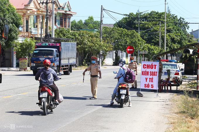 Trạm kiểm soát y tế ở thị trấn Lăng Cô, huyện Phú Lộc. Ảnh:Võ Thạnh