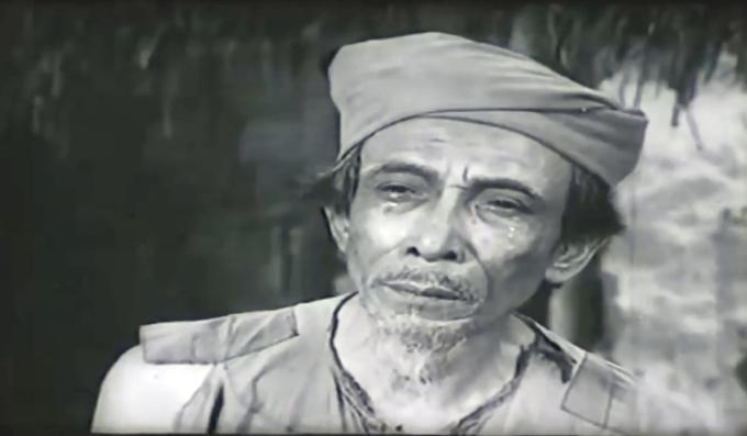 Nhà văn Kim Lân đóng vai Lão Hạc trong phim Làng Vũ Đại ngày ấy. Ảnh cắt từ video.