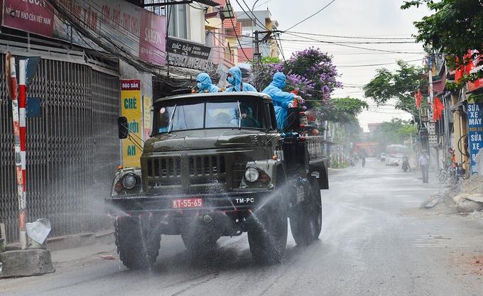 Bộ Tư lệnh Thủ đô điều động xe phun khử khuẩn xã Tô Hiệu, huyện Thường Tín sáng 8/5. Ảnh:Đinh Huy.