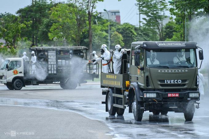 Quân đội phun khử trùng tại Bệnh viện Bệnh Nhiệt đới Trung ương, ngày 6/5. Ảnh: Giang Huy