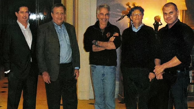 Bill Gates (thứ hai từ phải sang) đứng cạnh Jeffrey Epstein (giữa) trong một sự kiện năm 2011. Ảnh: New York Post