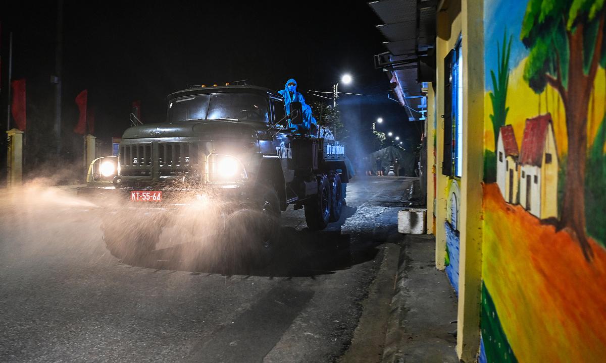 Quân đội xuyên đêm phun khử khuẩn xã Kim Sơn