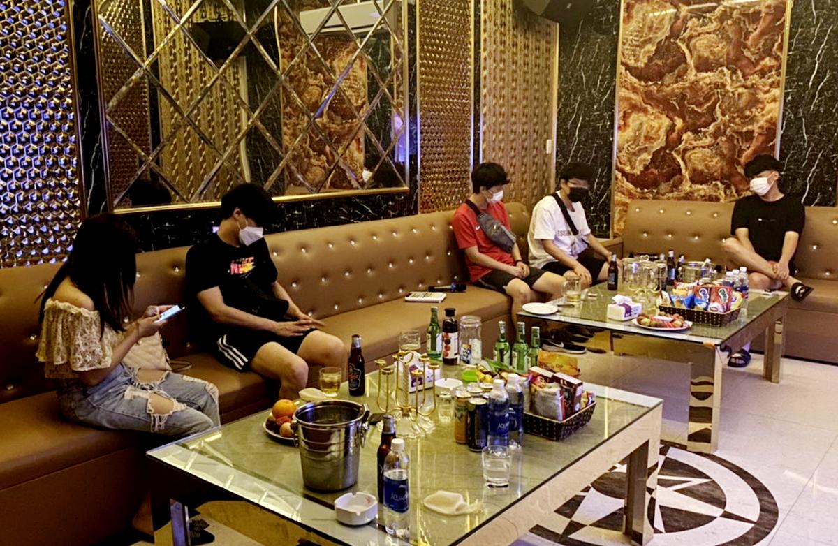 Phát hiện quán karaoke hoạt động dù bị cấm