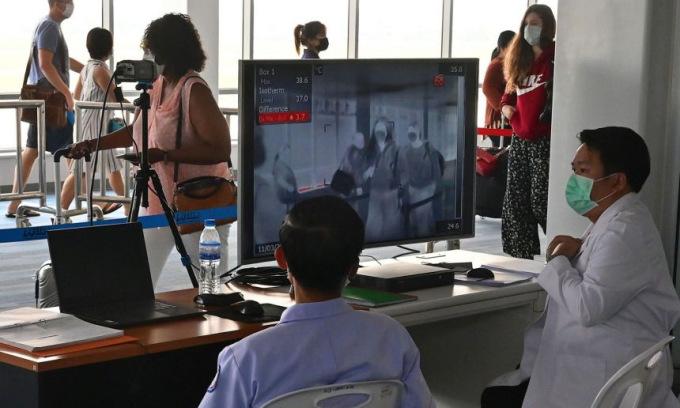 Chốt kiểm tra thân nhiệt tại sân bay Wattay ở thủ đô Vientiane của Lào hồi năm 2020. Ảnh: AFP.
