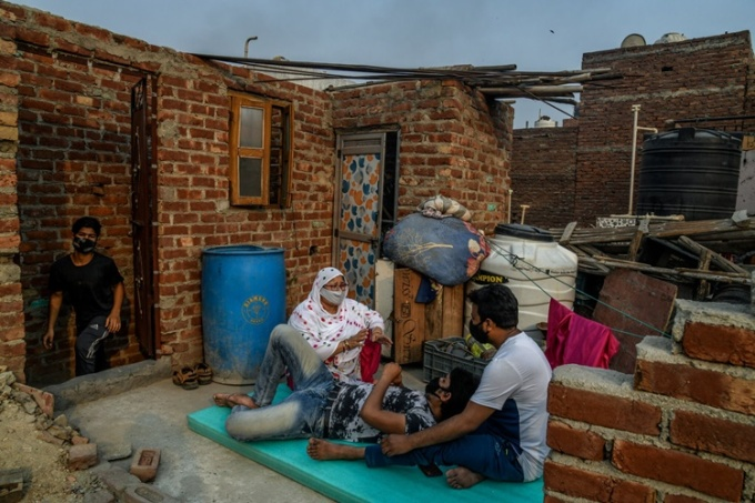Người dân sống gần khu hỏa táng Seemapuri phải đeo khẩu trang ngay cả ở trong nhà. Ảnh: NYTimes.