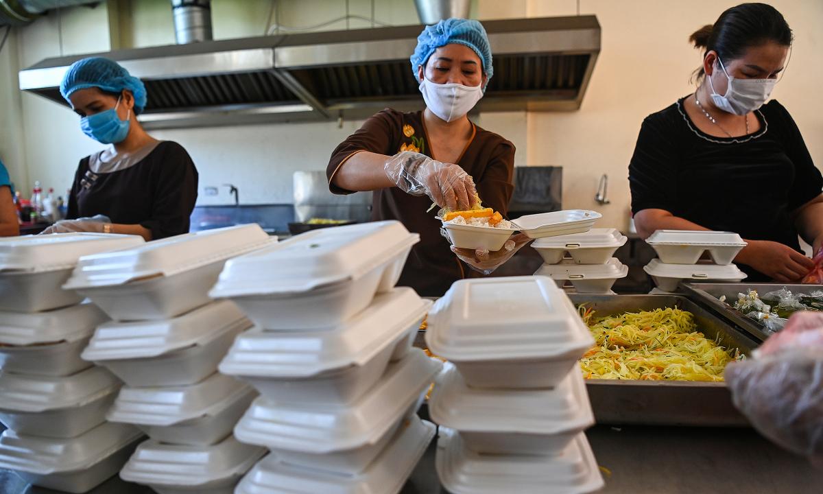 Phật tử nấu cơm trưa miễn phí tặng Bệnh viện K