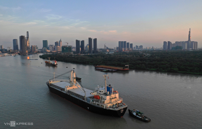 Tàu chở metro đang đi trên sông Sài Gòn chuẩn bị cập cảng, lúc 6h. Ảnh: Hữu Khoa.