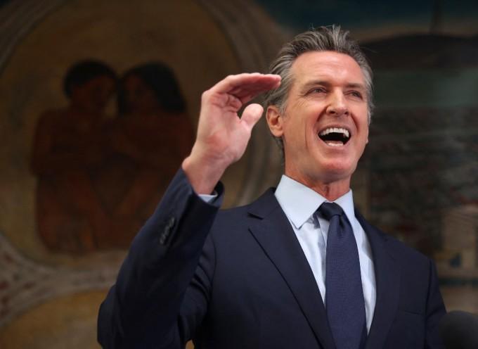 Thống đốc California trong buổi họp báo tuyên bố đề xuất gói hỗ trợ kinh tế hôm 10/5 tại Okaland, California. Ảnh: AFP