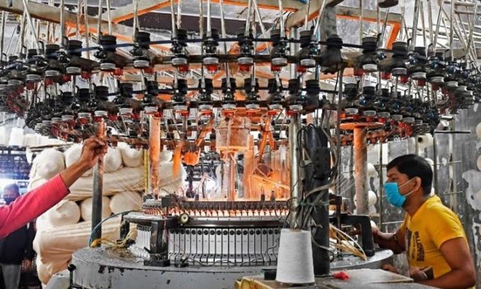 Công nhân làm việc tại một nhà máy dệt kim ở Kolkata, Ấn Độ, hồi tháng một. Ảnh: AFP.