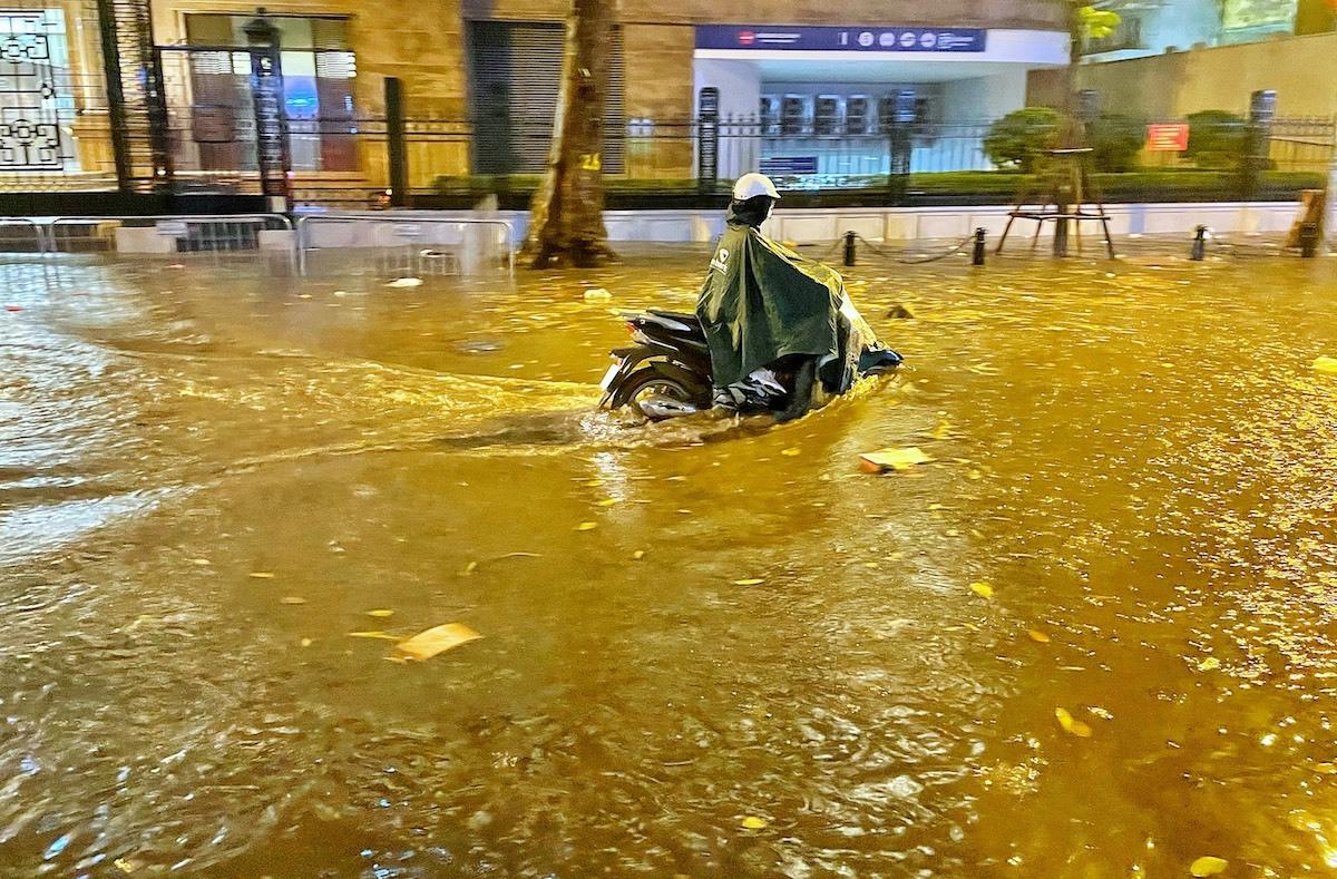 Nhiều tuyến phố Hà Nội ngập sâu