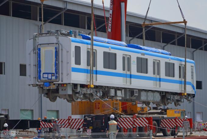 Toa Metro Số 1 được cẩu xuống đường ray T1 tại depot Long Bình, TP Thủ Đức, chiều 11/5. Ảnh: Gia Minh.