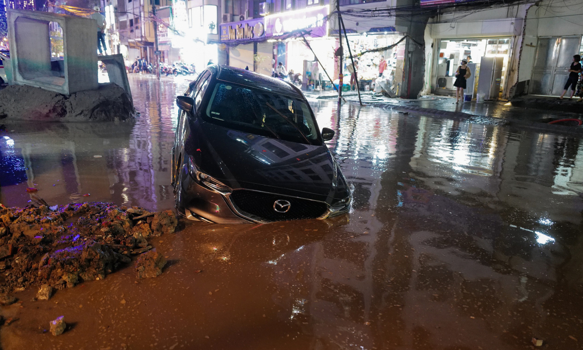 'Phố biến thành sông' sau mưa lớn ở Hà Nội