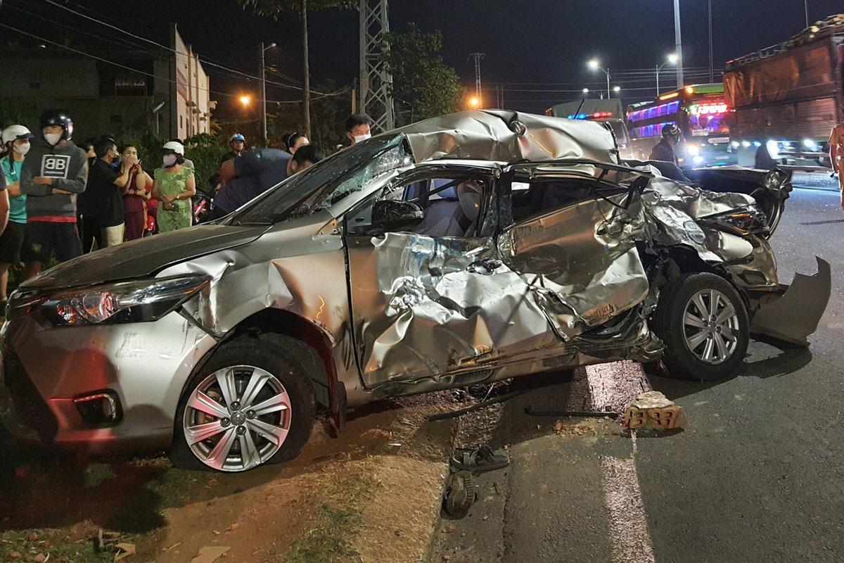 Nữ tài xế tử vong trong ôtô biến dạng