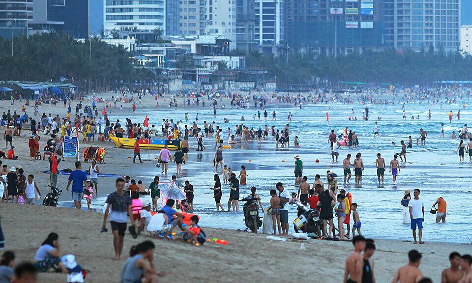 Ca nghi nhiễm Covid-19 từng đi tắm biển đông người ở Đà Nẵng