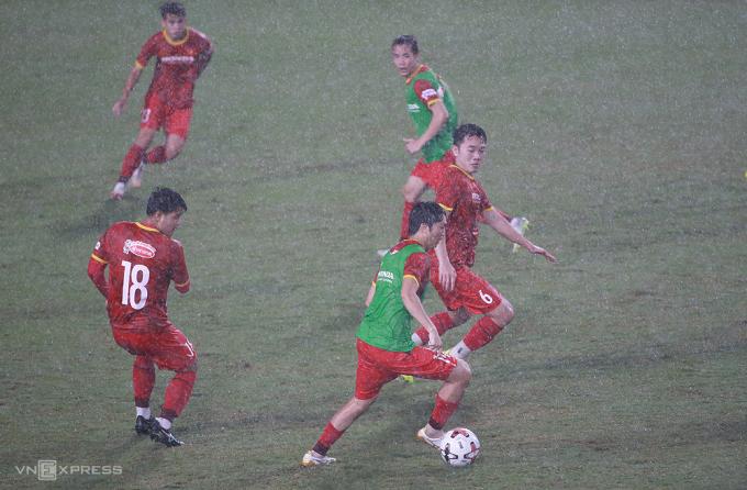 Lương Xuân Trường (số 6) tranh chấp cùng Nguyễn Tuấn Anh trong buổi tập dưới mưa ngày 11/5. Ảnh:Lâm Thoả