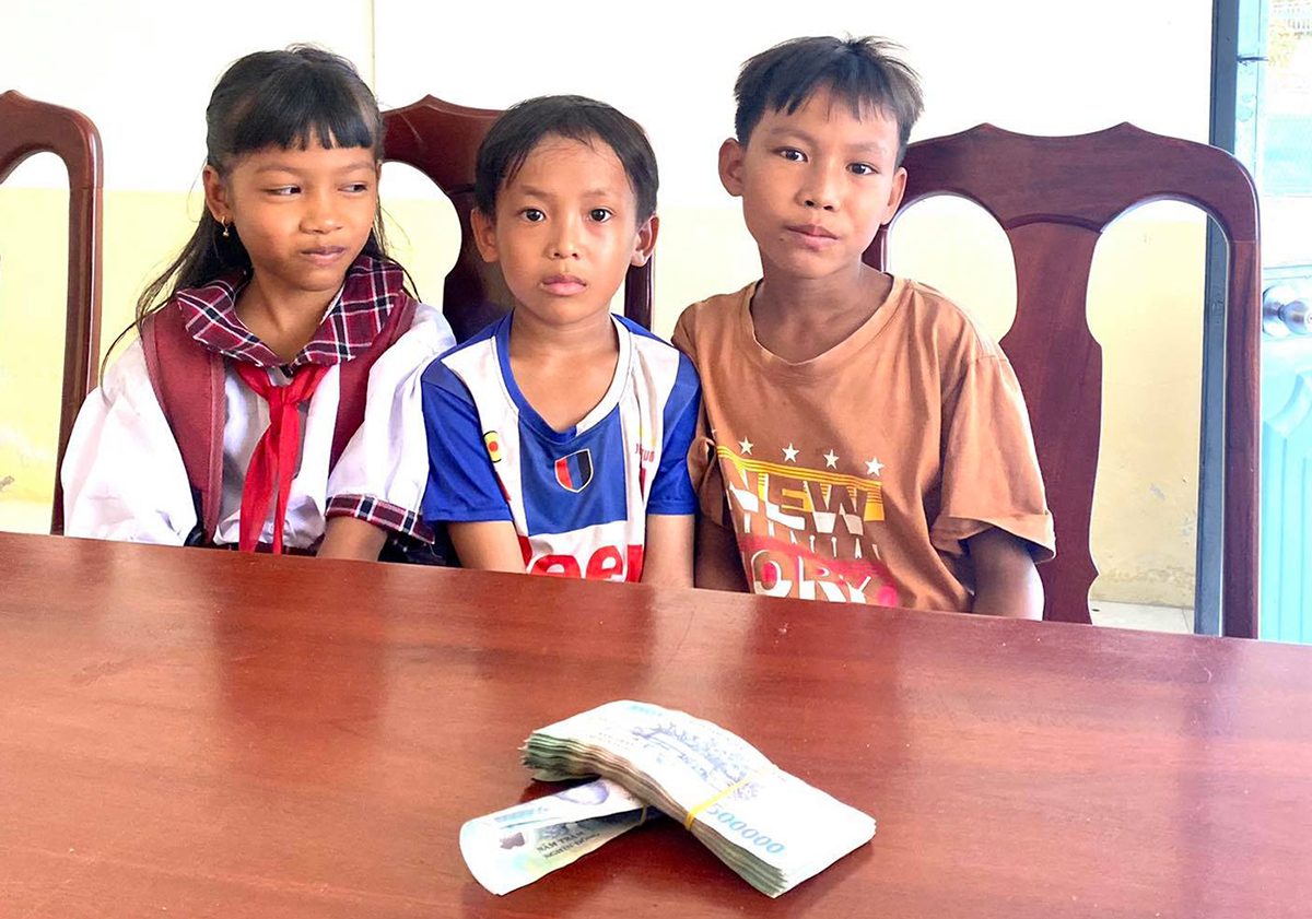 Ba đứa trẻ trả lại 42 triệu đồng nhặt được