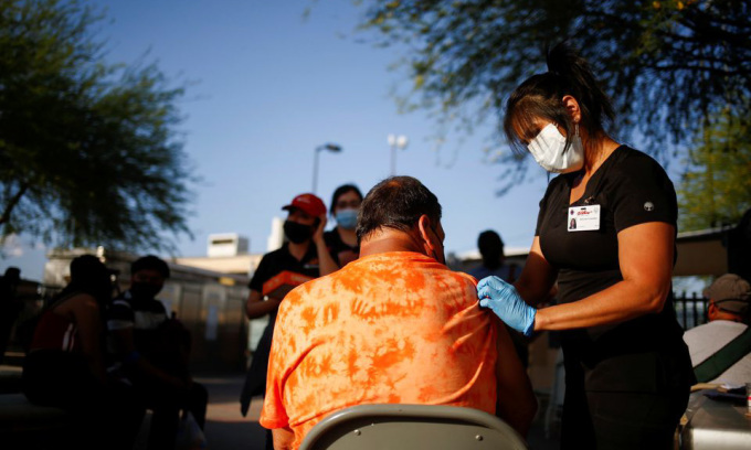 Một người đàn ông đang được tiêm vaccine tại El Paso, bang Texas hôm 7/5. Ảnh: Reuters.